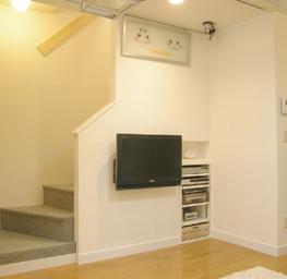 階段下スペースを利用してTV・OA機器の場所に。